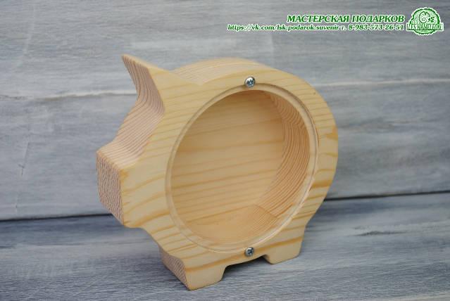 Свинья-копилка из дерева с гравировкой.